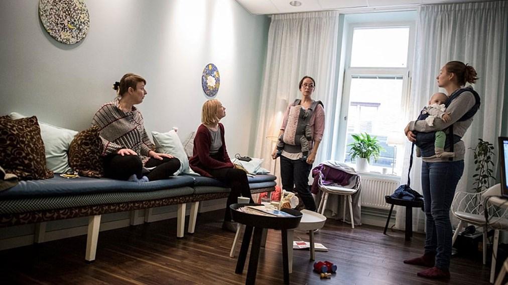 Dones ocupant la casa de llevadores BB Sophia.